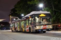 Seine letzte Fahrt: Wagen 8704 machte am Abend des 14. September mit zahlreichen Busfreunden an Bord seine letzte Fahrt, die letzte Fahrt eines Doppelgelenkbusses in Hamburg. Vom HOV wird kein Fahrzeug erhalten, auch wenn sie mehr als ein Jahrzehnt das Stadtbild prägten. Man kann nicht alles haben. Vielleicht findet ja noch ein kleiner Bruder (25er Solobusse) den Weg zurück nach Hamburg.