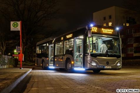 Im Dezember lief für eine Woche ein Vorführwagen von EvoBus mit verschiedenen Fahrerassistenzsystemen im Fahrgastbetrieb. Für den Hof Mesterkamp fuhr der Wagen 1299 überwiegend 114 und 173, an einem Abend aber auch kurz auf der 172, wo der Wagen am Lentersweg fotogerecht abgestellt werden konnte.