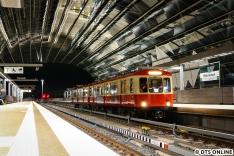 Noch eine Premiere: Die erste Charterfahrt des Hanseaten zu den Elbbrücken nach der Eröffnung des Bahnhofs. Zuvor kam der Zug bereits zwei Mal während des Probebetriebs mit Fahrgästen hier her.