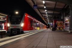 Die Baureihe 490 war im Herbst immer öfter auf der S21 anzutreffen. Lange Zeit standen aber 4 Einheiten in Barmbek abgestellt. Am Abend des 16. Novembers setzte 490 001 + 002 in Barmbek leer aus.