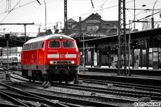Am 17. März wurde die S-Bahn 218 474 zu einem Hilfseinsatz gerufen: Der grüne ICE 4 blieb wegen einer Oberleitungsstörung auf der Verbindungsbahn liegen. Ehe die 218 zum Abschleppen kam, hielt ich sie im Hamburger Hauptbahnhof fest.