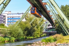 Die Wuppertaler Schwebebahn wurde am 18. August noch einmal besucht. Dort werden die Züge der Baureihe 72 nun durch neue Züge aus dem Hause Vossloh Kiepe (inzwischen nur noch Vossloh) ersetzt. Nach einem Unfall vor wenigen Wochen steht sie jedoch mindestens bis Sommer 2019 still: Eine Stromschiene war abgestürzt auf die Straße, sie landete auf einem Autodach.