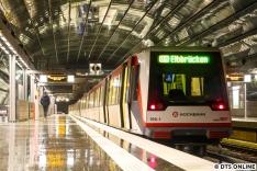 Der nächste Zug sollte auf dem anderen Gleis einfahren, und war ein 8-Wagen-Zug DT4.