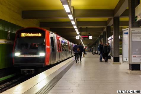 Nach gut 10 Monaten endete der DT5-Kurzzugeinsatz an Samstagen auf der U1. Am Abend des 20. Oktobers entstand mein letztes 6-Wagen-Bild auf der U1, und dann auch noch mit dem Zugziel Kellinghusenstraße. Eigentlich sollte es ein DT4-Achtwagenzug sein, doch kam es wegen einer kurzzeitigen Betriebsunterbrechung anders.