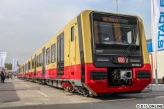 """Noch eine Berliner S-Bahn, dieses Mal aber die brandneue BR 484. Die Baureihen 483 (2 Wagen-Viertelzug) und 484 (4 Wagen-Halbzug) sollen ab 1.1.2021 im Fahrgastbetrieb laufen. Im Inneren DB Regio-Standarddesign, aber mit modernen Infosystemen. Am Aussehen schieden und scheiden sich die Geister, aber wenn man den Zug erstmals selbst sieht, merkt man, dass es """"nicht ganz so schlimm wie in der Animation"""" ist. Mal sehen, wie sie sich im Alltagsbetrieb schlagen wird, schließlich hat man ja mehr als zwei Jahre zur Erprobung und Zulassung, und das ist heute nicht mehr selbstverständlich. Viel Erfolg!"""