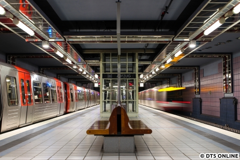 Wegen des Neubaus der Betriebswerkstatt in Billstedt verirrten sich die 6 DT5-Einheiten der U4, umgekuppelt zu zwei Neunwagenzügen am 22. April auf die Linie U2. Ein bis heute ungewohntes Bild, auch wenn jetzt im Dezember häufiger ein DT5 auf der U2 lief.