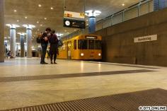 """Im zweiten Halbjahr 2018 war die bekannteste Berliner U-Bahn-Linie 55 wegen Arbeiten zur U5-Durchbindung eingestellt. Ebenfalls am 23. Mai machte ich noch einmal Bilder, die dort eingesetzten alten Dora-Züge quittierten mit diversen Schäden den Dienst, sodass zuletzt nur noch dieser F-Zug zum Einsatz kam. Im Dezember wurden für den Betrieb bis 2020 wieder drei F-Züge und ein Dora-Zug heruntergelassen, welcher nur zu """"besonderen Anlässen"""" laufen soll. Was auch immer das heißt..."""