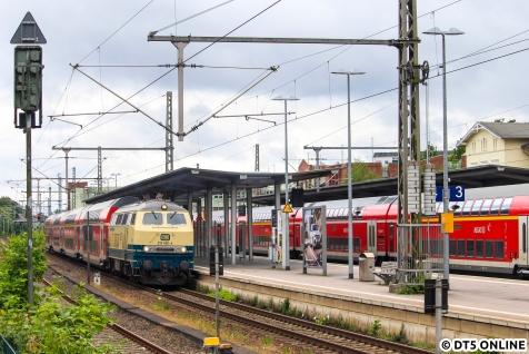 """Zur Kieler Woche fuhr die 218 460 """"Conny"""" am RE85 nach Puttgarden."""