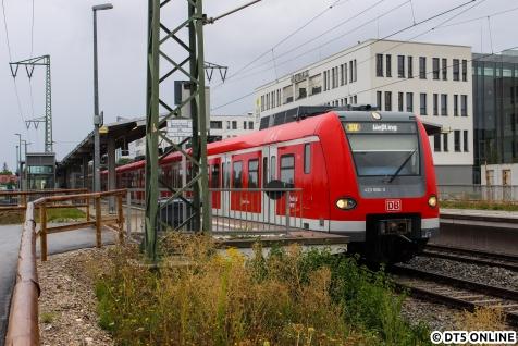 Auch die Münchener S-Bahn hat ein Redesign-Programm ihrer Züge angestoßen, die Züge der BR 423 erhalten ein neues Fahrgastinformationssystem mit farbigen Zielanzeigen (wir bekommen andere, aber auch bunte Anzeigen, die bislang aber nur einfarbig genutzt werden können). Hier sind die Züge jedoch frei kuppelbar. In München-Freiham steht 423 606 als S8 nach Weßling zur Abfahrt bereit.