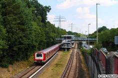 472 018 verlässt am 26. Juli den Bahnhof Rissen.