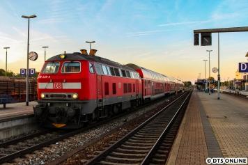 Am Abend des 26. August fotografierte ich die 218 429 am RE 57596 nach Kempten im Bahnhof Buchloe bei einem wundervollen Sonnenuntergang.