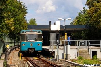 Am Folgetag fotografierte ich die Münchener U-Bahn, A-Wagen 7361 steht im Bahnhof Studentenstadt. Die U6 endete baubedingt am Bahnhof Odeonsplatz, ab dort fuhr ein Pendelzug weiter.