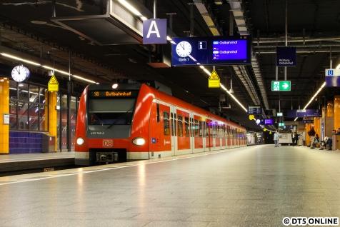 Spät am Abend noch ein Stativmoment vom Bahnhof Marienplatz. An der Münchener Stammstrecke sind einige Stationen mit Bahnsteigen an beiden Fahrzeugseiten ausgestattet: Einstieg erfolgt vom Mittelbahnsteig (hier rechts), der Ausstieg an den Seitenbahnsteigen (links). Hier liegen die beiden Gleise aber übereinander.