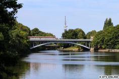 Einen ganzen Sonntag lief DT4 203 auf der in der Innenstadt unterbrochenen U3. Am 29. Juli überquerte er den Kuhmühlenteich (zwischen Uhlandstraße und Mundsburg).
