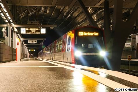 """DT5 352 fuhr als erster Fahrgastzug ab Elbbrücken. Nur die Technik kam noch nicht ganz hinterher, """"U4 Betriebspause"""" verschwand erst nach der Abfahrt des Zuges."""