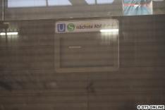 Wenige Tage nach der Aufnahme wurde hier ein TFT-Bildschirm eingebaut, der Verkündet, dass derzeit keine Fahrten mit Fahrgästen stattfinden würden. Neu ist, dass wohl bei der U-Bahn auch S-Bahnen angezeigt werden auf den Voranzeigern. Es handelt sich um ein neues Modell.