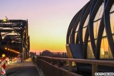 Sonnenuntergang an der Freihafenelbbrücke.
