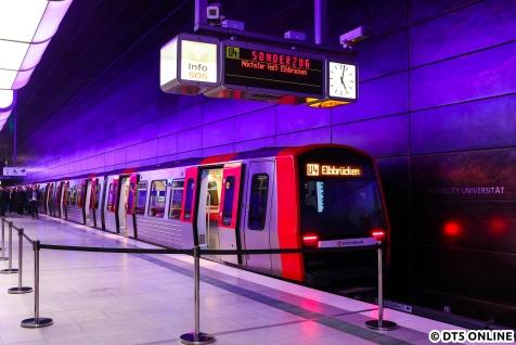 Im Bahnhof HafenCity Universität stand ab circa 16:30 Uhr der Eröffnungszug, bestehend aus den Einheiten 314 und 351 bereit.