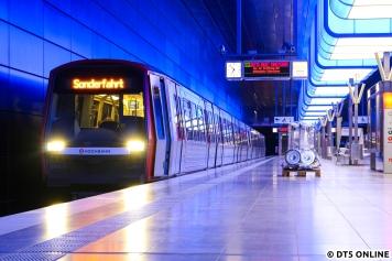 Zurück am Bahnhof HafenCity Universität: Der Sonderzug wartet darauf, die ersten gesättigten Fahrgäste aus der neuen Station wieder abzuholen.