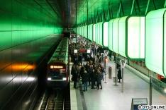 So voll war der Bahnsteig wohl zuletzt im Dezember 2012, als ganz Hamburg die neue U-Bahn-Linie kennenlernen wollte.