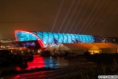 Am nördlichen Ende der Glas- und Stahlröhre sind rote Leuchtelemente angebracht.