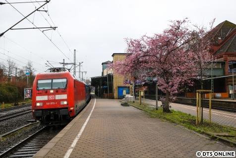 Los ging es etwa zur fahrplanmäßigen Durchfahrtszeit mit einem Nightjet im Harburger Bahnhof, nichts besonderes, aber der Frühling schickt hier seine ersten Vorboten.