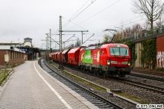 """Damit nicht alles gleich aussieht, und man früher was sieht, veränderte ich den Standort nochmal ans andere Ende des Bahnsteigs. Hier passiert der DB-Vectron 193 309 """"Das ist grün"""" gerade Harburg in Richtung Maschen."""