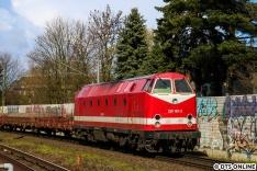 Beim Warten auf die Akkuloks erhielt ich die Info, dass auch ein 490-Doppel im Anmarsch sei. Nach der eben erwähnten Pause eilte ich nach Friedrichsberg, um dort den 490 zu erwischen. Während der Wartezeit fuhr die 229 181 mir vor die Linse. Sie ist heute für CLR (Cargo Logistik Rail-Service GmbH) im Einsatz Die 229 181 ist ein Umbau der 1985 in Bukarest gebauten Lok 219 181 und stand zunächst für die Deutsche Reichsbahn im Dienst.