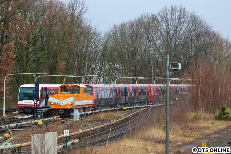 Nachdem ich schnell nach Hause fuhr, war der DT5 bereits in die Kehre Ohlsdorf geschleppt worden. Die Inbetriebnahme erfolgt erst in Barmbek, Stromabnehmer fehlen noch.