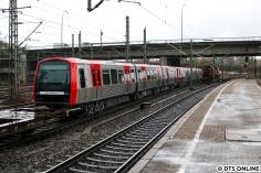 Wenigstens entstand im Harburger Bahnhof ein Nachschuss auf den DT5 selbst. Beim Sprint über den Bahnsteig nach drüben (natürlich nur über die öffentlichen Wege) zog ich leider den kürzeren und schaffte es nicht rechtzeitig.