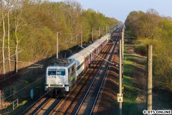 Dank der niedrigen Geschwindigkeit konnte der Zug noch einmal überholt und bei Friesack festgehalten werden. Nur wenige Sekunden später rauschte ein Gegenzug durch... Glück gehabt.