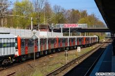 261 028 schiebt den Zwölfwagenzug DT3 über die Weichen neben dem S-Bahnhof Rübenkamp aufs Anschlussgleis. Hier zu sehen sind von links nach rechts: 865, 834, 808 und 807.