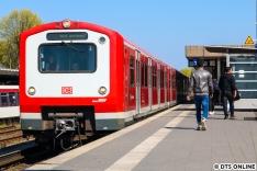 """Beim Warten in Ohlsdorf fuhr der tags zuvor abgenommene 472 042 vor. Obwohl die BR 472 seit Dezember 2018 """"eigentlich"""" nicht mehr fahren soll, sind im April 2019 immernoch 47 Züge im Einsatz, welche noch Hauptuntersuchungen unterzogen werden. Wie lange das noch andauern wird, wird man sehen müssen."""