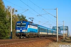 Da das ursprüngliche Motiv zu verschatten drohte, ging es einen Oberleitungsmasten weiter, um den inzwischen als abgefahren vorgemeldeten RailAdventure-Zug festzuhalten. Als Generalprobe kam der EuroCity nach Hamburg mit der CD 193 298 vor die Linse gefahren.