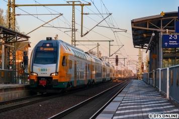 In der Hoffnung, der Zug wäre vielleicht noch einmal beiseite genommen worden, schauten wir noch in Neustadt (Dosse) herein. ODEG 445 114 fährt gerade vor abendlichem Himmel in den Bahnhof ein.