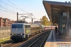 In Barmbek erwischte ich dann - leider im Gegenlicht - die RailAdventure 111 215 ein weiteres Mal, inzwischen wurde der Zug allerdings gedreht.