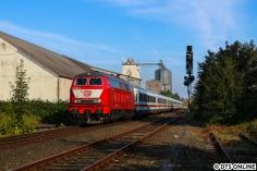 Die 218 402 in orientrot kurz nach der Abfahrt in Oldenburg(Holst).
