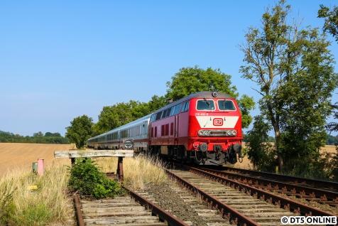 Die 218 402 schiebt ihren IC Richtung Fehmarn.