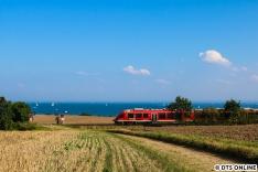 In Sierksdorf, unweit des Hansaparks fährt die Bahn in Sichtweite zur Ostsee. Dieser LINT passiert die Fotografen vor sommerlicher Kulisse auf dem Weg nach Puttgarden.