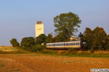 """Aufgrund von Bauarbeiten fährt der EC zur Zeit nur als Kurzzug mit 3 Wagen. Der letzte Zug nach Hamburg passierte den Fotografen in schönstem Abendlicht in Heringsdorf. Der Einsatz der """"Gumminasen"""" wird auf absehbarer Zeit in Deutschland enden, sie sollen durch Vectron-bespannte Züge ersetzt werden, da die EC-Strecke Kopenhagen - Flensburg - Hamburg elektrifiziert ist. Wann? Das ist noch offen."""