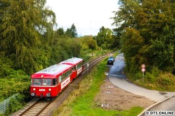 Ehe ich dann wieder nach Hamburg zurück musste, und ehe die Sonne durchbrach, hielt ich von der Brücke der B76 (Konrad-Adenauer-Damm) noch einmal die Rückfahrt der Schienenbusse zurück zum Hbf fest.