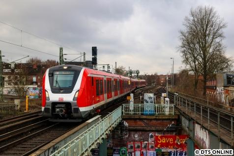 Der Jahresrückblick beginnt im Januar 2019 mit den ersten planmäßigen ET 490-Umläufen auf der Linie S21. Noch mit v(max)=80km/h und Türproblemen sowie sonstigen Störungen waren sie immer ganz gut auf den Anzeigen zu erkennen. Wenn da mal wieder eine S-Bahn mit +7 kam, war klar was da kam.