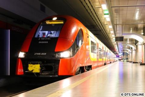 """Am Morgen des 27. Dezembers ging es zunächst mit LOT nach Warschau. Bevor wir den Mietwagen abholen konnten, wurde der Flughafenbahnhof """"ausgekundschaftet""""."""