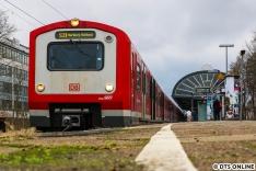"""Das Jahr 2019 stand auch für Wandel beim Einsatz der Altbauzüge der Hamburger S-Bahn. Um die 472er nach und nach von der S21 zu holen, um Kuppelprobleme mit dem ET 490 zu verhindern (die Züge sind nicht einmal mechanisch kuppelbar, dank weitsichtiger Konstruktion), mussten in der Anfangszeit die 474er der S31 herhalten. Die Baureihe 472 wurde wieder auf der S31 heimisch, und ist es auch ein Jahr danach noch. Dabei soll die Linie seit November nur noch mit ET490 gefahren werden. Dieser Zug hatte """"Glück"""": Dank der Probleme bei der 490-Einflottung bekam er noch einmal eine Revision. Das Bild entstand wenige Tage vorm eigentlichen Fristablauf."""
