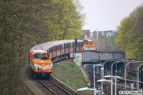 Die letzte Reise führte über die Moorkampkurve nach Schlump, Gleis 2 und von dort weiter nach Kellinghusenstraße, wo ich die Fuhre auf der Brücke über die U1 festhielt. In Barmbek ging es dann ein letztes Mal hinunter auf den Betriebshof, ehe die beiden Züge dann Hamburg auf der Straße verließen.