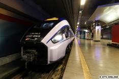 Die S-Bahn und die IC-Züge teilen sich ein Gleis. Dank 10mm-Weitwinkel passt der PESA Dart gerade so aufs Bild.