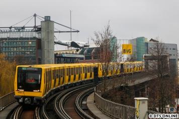Anfang Februar konnte ich in Berlin einen Acht-Wagen-IK-Zug auf der U1 festhalten, zu der Zeit noch etwas seltenes. Inzwischen kommt das wohl öfter mal vor. Die Kreuzberger Hochbahn ist aber seit langer Zeit von den A3-Zügen geprägt.