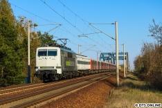 """Ziel des Tages war die RailAdventure-Fuhre mit den vier fertig ertüchtigten DT3-Einheiten. Die ersten sechs Züge wurden mit BVG-Kuppelwagen nach Hamburg überführt, doch da diese nicht mehr verfügbar waren, stand FWM vor einem Problem, was die letzten vier Fahrzeuge anging. Man entschied sich für """"den"""" Dienstleister solcher Sonderverkehre, bislang einzigartig. Die DT5 werden von DB Cargo gefahren, Bombardier bringt die 490-Einsystemer mit ihrer eigenen 145."""