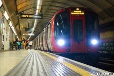 Über Ostern war ich in London, wo am Bahnhof King's Cross St. Pancras dieser Zug der Hammersmith & City line nach Hammersmith festgehalten wurde.