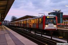 Unterdessen wurde auf der U3 fleißig gebaut, weshalb die von Wandsbek-Gartenstadt kommende U3 in Berliner Tor endete. Daher kamen für vier Wochen planmäßig 120m-Züge zum Einsatz, hier auch ein DT3-Verband.